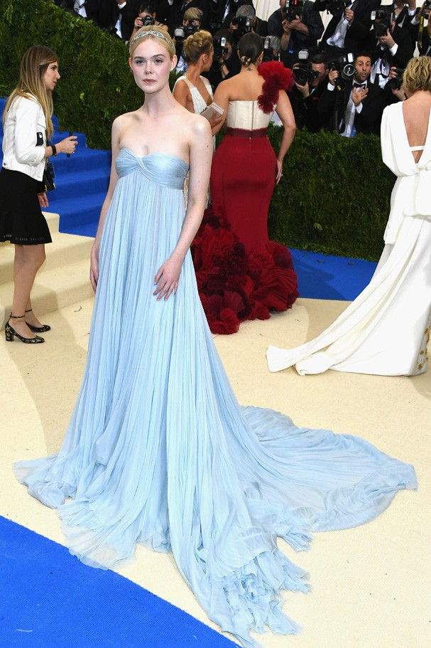 """NEW YORK, NY - MAY 01:  Elle Fanning attends the """"Rei Kawakubo/Comme des Garcons: Art Of The In-Between"""" Costume Institute Gala at Metropolitan Museum of Art on May 1, 2017 in New York City.  (Photo by Dia Dipasupil/Getty Images For Entertainment Weekly) (Foto: Getty Images For Entertainment W)"""