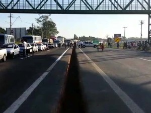 Pistas da Rodovia SP-101 são liberadas após protesto que interditou faixas (Foto: Gustavo Biano / EPTV)