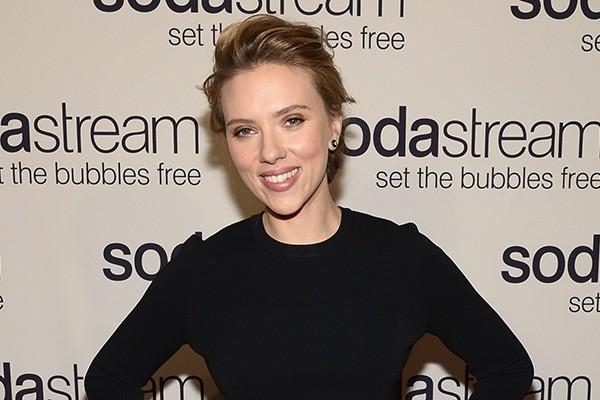 """O que mais assustou Scarlett Johansson no set de gravação de 'Compramos Um Zoológico' foram os pavões. """"Alguma coisa sobre todas aquelas penas me deixa apavorada"""", disse. (Foto: Getty Images)"""