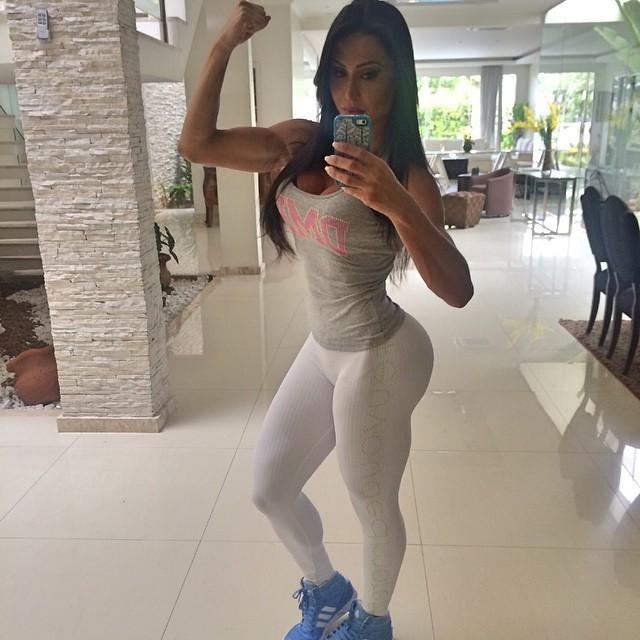 Gracyanne Barbosa exibe bíceps torneado e usa calça justinha