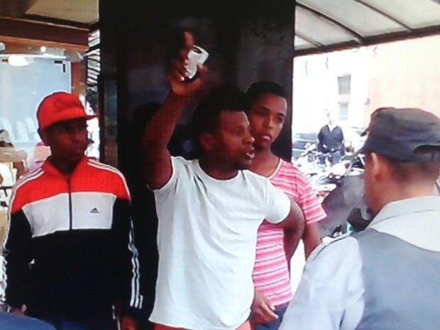 Trio acusa policiais de racismo em abordagem no centro de São José (Foto: Reprodução/CinegrafistaAmador)