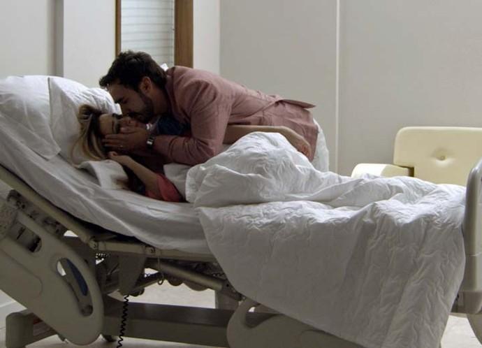 Leozinho beija mulher para se despedir (Foto: TV Globo)
