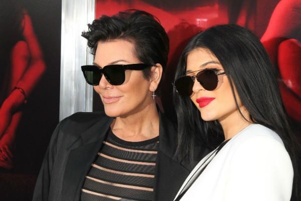 Kris Jenner ao lado de sua caçula, Kylie Jenner (Foto: Getty Images)
