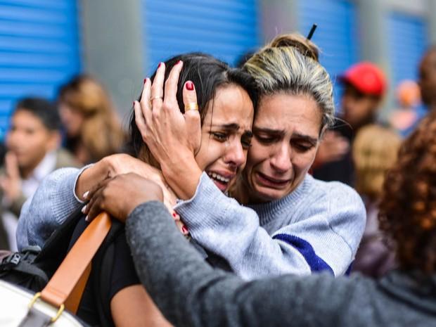 Mulheres se abraçam após incêndio (Foto: Marcos Bizzotto/Futura Press/Estadão Conteúdo)