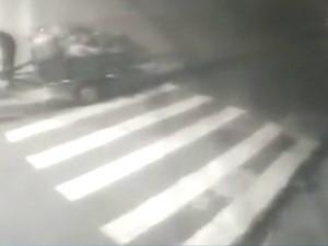O crime foi registrado por uma câmera de segurança da rua (Foto: Reproduçao/ TV Gazeta)