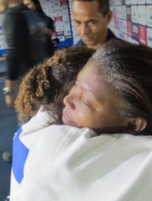 Rafaela Silva recebe o abraço da mãe após o título (Foto: Thierry Gozzer)