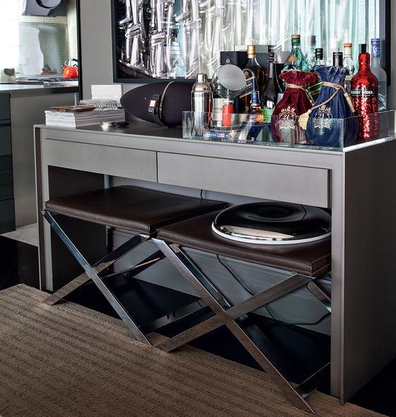 O aparador é usado como bar no projeto do arquiteto Fabio Morozini. O espaço de baixo é aproveitado por banquetas, que podem ser usadas como assento extra quando necessário