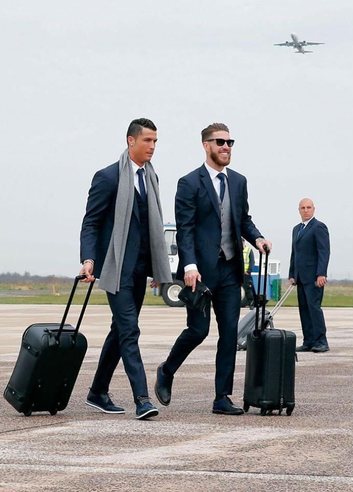 """BLOG: CR7 e Sergio Ramos """"goleiam"""" no estilo na chegada à Alemanha"""