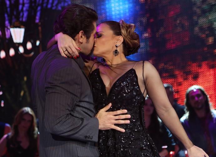 Dupla encerrou a apresentação com um beijão  (Foto: Carol Caminha/ Gshow)