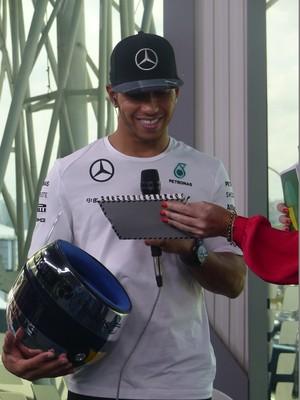 Lewis Hamilton também ganhou um DVD com o especial sobre o Ayrton Senna (Foto: Felipe Siqueira)