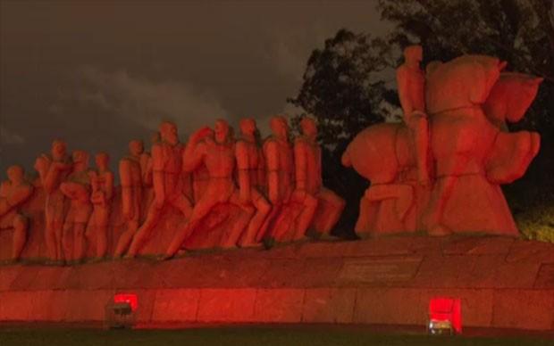Estudantes sobem no Monumento às Bandeiras, no Ibirapuera, ganhou iluminação especial (Foto: TV Globo/Reprodução)