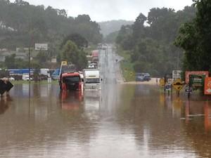 Estradas foram interditadas por conta das chuvas no Paraná (Foto: Marcelo Rocha/RPC)