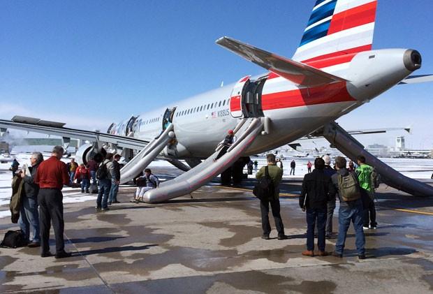 [Internacional]  Voo tem desembarque de emergência após fumaça na cabine nos EUA Plane-evacuation-denv_fran-