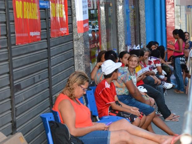 Fila aguardando liquidação no Magazine Luiza em João Pessoa (Foto: Walter Paparazzo/G1)