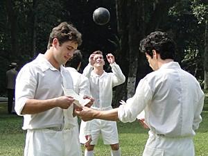 Albertinho não se importa com as regras do jogo (Foto: Lado a Lado / TV Globo)