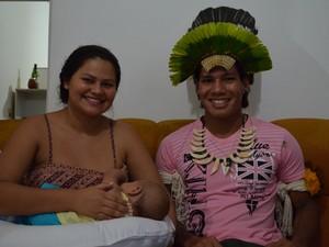 Lennon, a mulher Tainara e o filho em São Carlos (Foto: Orlando Duarte Neto/G1)