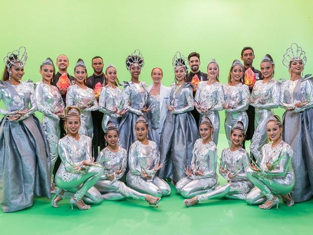 Regina posa junto com bailarinos da Comissão de Frente (Foto: Artur Meninea/Gshow)