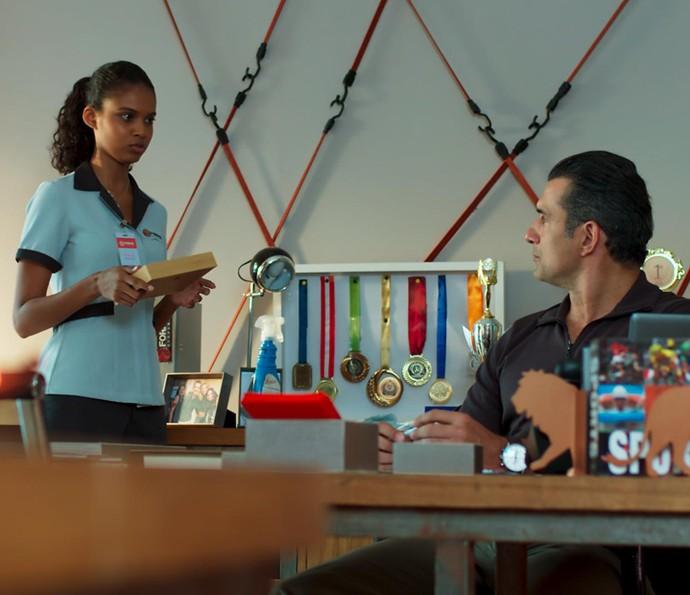 Ricardo acha que Caio está enchendo a cabeça de Joana  (Foto: TV Globo)