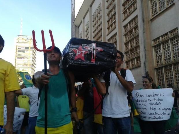 Na passeata, manifestantes carregaram caixão com foto da presidente (Foto: Renê Dióz/ G1)