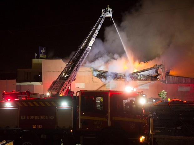 Homens do Corpo de Bombeiros trabalham no combate de incêndio  no depósito do supermercado Tatico, em Ceilândia (DF), nesta segunda-feira (28) (Foto: Ed Ferreira/Estadão Conteúdo)