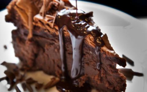 Torta cremosa de chocolate com calda de café