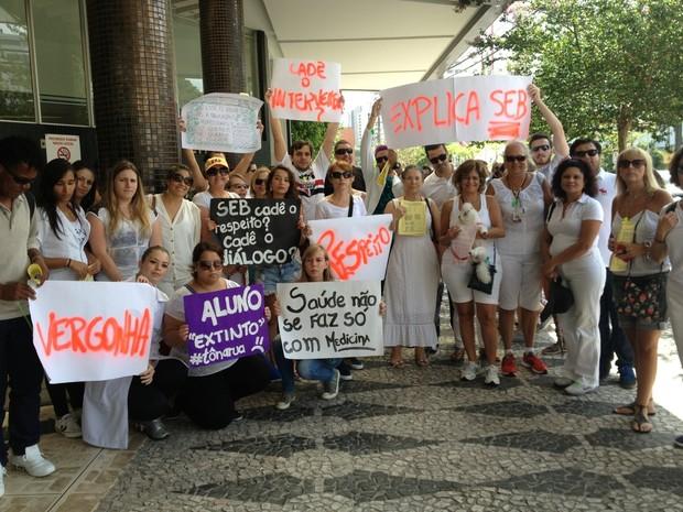Professores e alunos se reuniram na frente da Faculdade Evangélica nesta quarta (21) (Foto: Divulgação/Sinpes)
