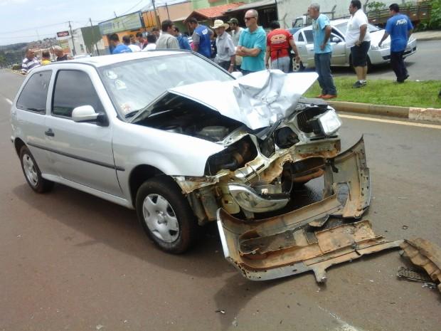 Acidente entre carro e moto em avenida de Itapetininga (Foto: TEM Você/ Ronaldo Fidelis)