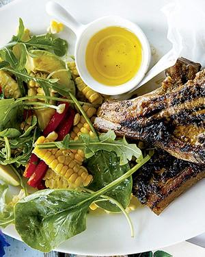 Bisteca de porco jamaicana com avocado e salada de milho: pimenta e especiarias garantem um toque étnico à receita (Foto: Gallo Images Pty Ltd./StockFood)