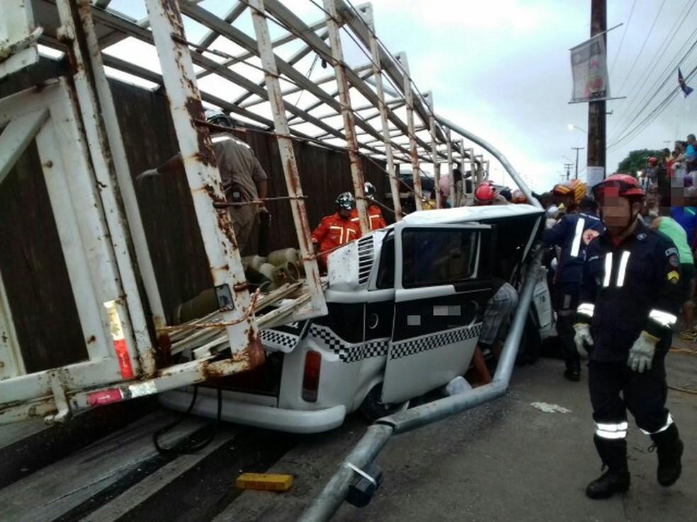 Carreta tombou em cima de Kombi por volta das 15h deste sábado (6) (Foto: Polícia Rodoviária Federal/Divulgação)