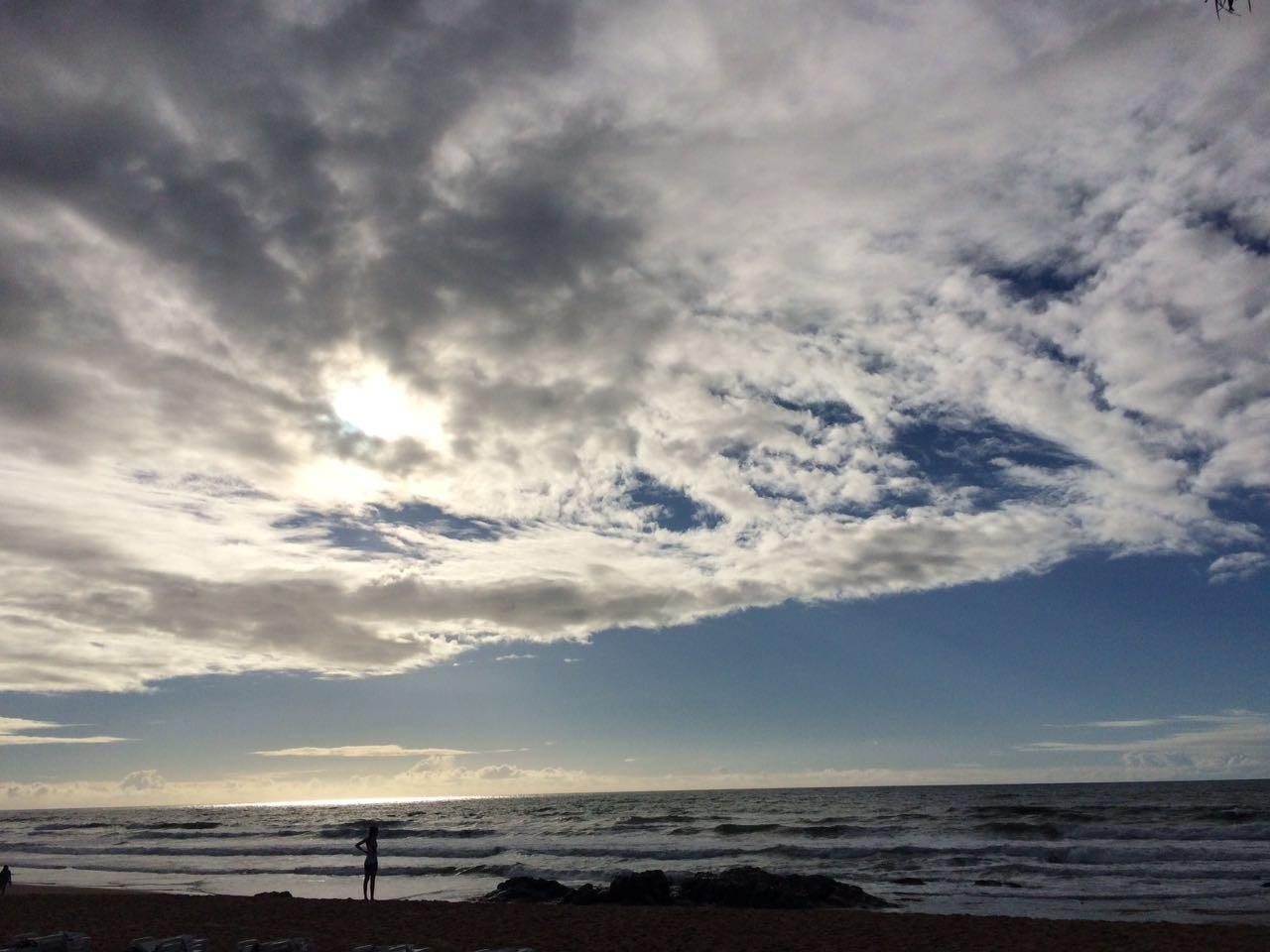 Céu azul entre nuvens na Costa do Sauípe (Foto: Arquivo Pessoal)