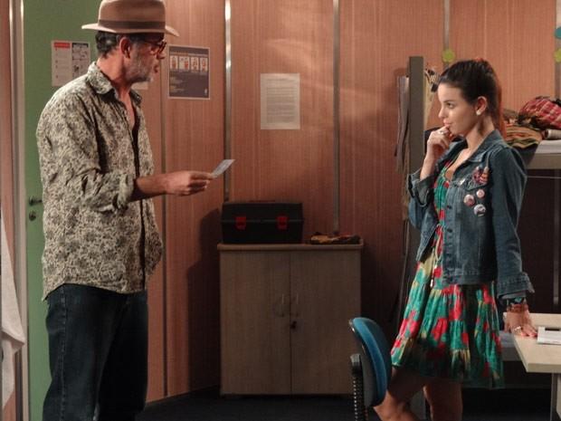 Amaralina mostra foto para Duque (Foto: Flor do Caribe/ TV Globo)