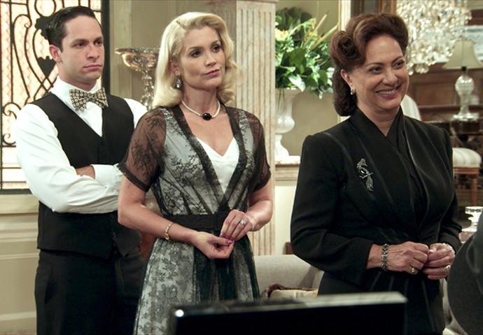 Anastácia fica feliz com o convite que Maria recebe (Foto: TV Globo)