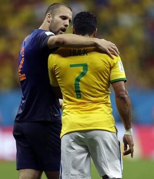 O zagueiro Vlaar, da Holanda, abraça Hulk em jogo da Copa (Foto: AP Photo/Andre Penner)