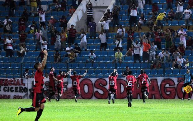 Jogadores do Moto Club comemoram gol, contra Sampaio, no Campeonato Maranhense 2012 (Foto: Douglas Junior/O Estado)