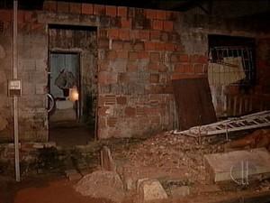 Mãe e filho foram mortos dentro de casa no bairro Cidade Nova, na zona Oeste de Natal (Foto: Reprodução/Inter TV Cabugi)