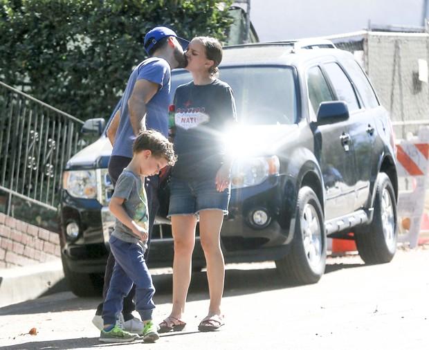 Natalie Portman com marido e filho (Foto: The Grosby Group)