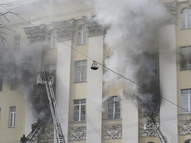 Bombeiros trabalham para apagar o fogo que atingiu o Ministério da Defesa,  no centro de Moscou (Foto: Maxim Zmeyev/Reuters)