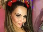 Viviane Araújo usa fantasia decotada para curtir festa com Radamés