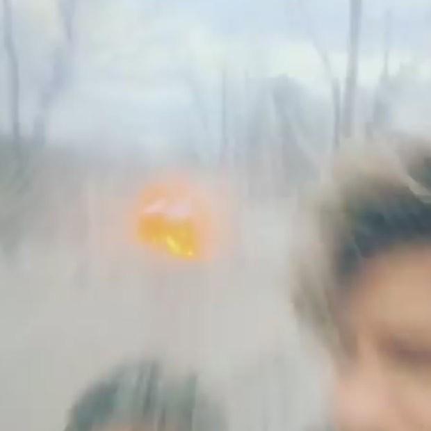 Tom Lavery e uma amiga foram atingidos pelo jato de água quando os bombeiros tentavam apagar o fogo (Foto: Reprodução/YouTube/Tom Lavery)