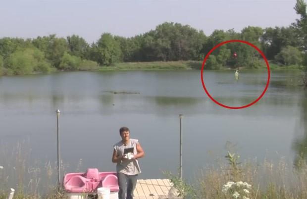 Derek Klingenberg fisgou peixe usando drone (Foto: Reprodução/YouTube/Farmer Derek Klingenberg)
