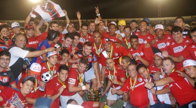Campinense fica com a taça da Copa do Nordeste em 2013 (Foto: Silas Batista / Globoesporte.com/pb)