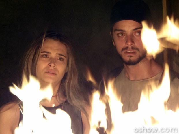 Lili e Marlon diante do fogo, antes de deixarem a sala da máquina (Foto: Além do Horizonte / TV Globo)