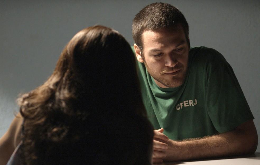 O marido adianta algumas coordenadas para a esposa (Foto: TV Globo)