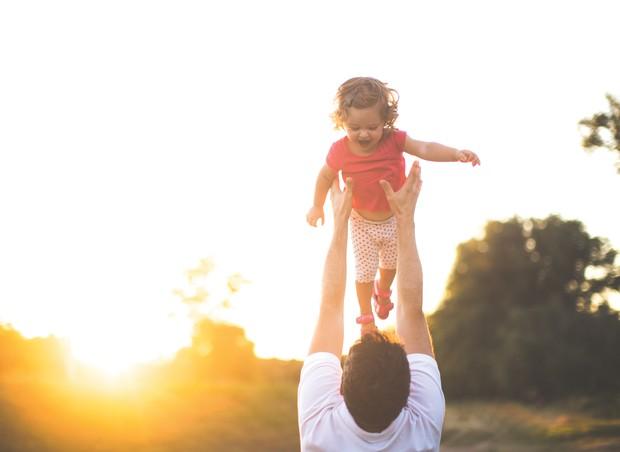 Pai brincando com a filha (Foto: Getty Images)