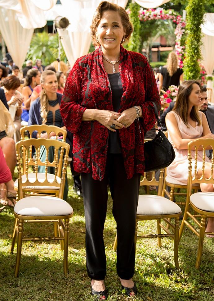 Lucrécia apostou em um look discreto e ao mesmo tempo elegante para o casamento no jardim. A túnica com detalhes em vermelho deu um ar de sofisticação ao look. Arrasou! (Foto: Fabiano Battaglin/Gshow)