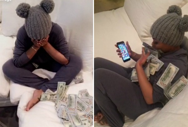 Blac Chyna com as notas de US$100 jogadas por Rob Kardashian (Foto: Snapchat)