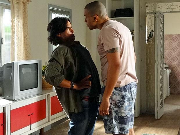 Pedro parte para cima de Jair, que não gosta da ousadia do jornalista (Foto: Amor Eterno Amor/TV Globo)