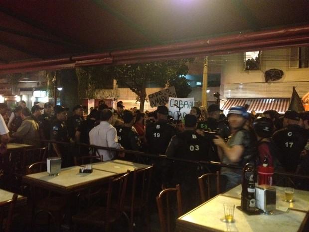 PM faz proteção de bar na Rua Dias Ferreira, no Leblon, onde houve discussão entre clientes e manifestantes (Foto: Lívia Torres/G1)