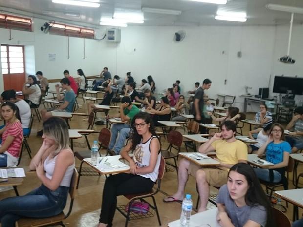 Alunos posicionados para a prova na UEL (Foto: Alberto D'Angele/RPC)