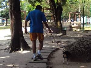 Luis passeia com Lola no horário permitido (Foto: Thais Rezende/ G1 PA)